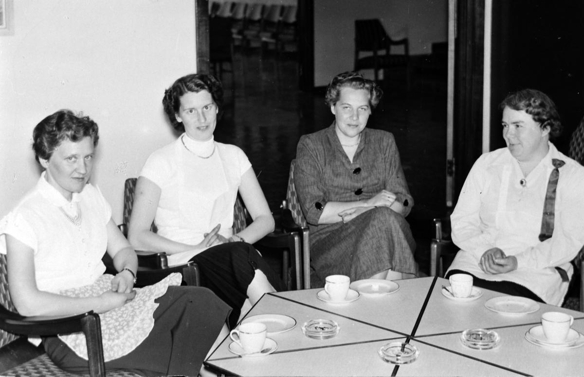 Herredhuset, Moelv. Fra venstre Synnøve Gilberg (født Nyberg), Eva Løvli (født Evensen), Mimmi Synstad (født Nysveen) og Ingeborg Pedersen (født Høiby). Ca. 1955.