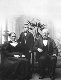GRUPPE: 3, ANNE TOMTER, KRISTOFFER TOMTER MED ADOPTIVSØNNEN HALVOR, TOMTER NORDRE, INGEBERG