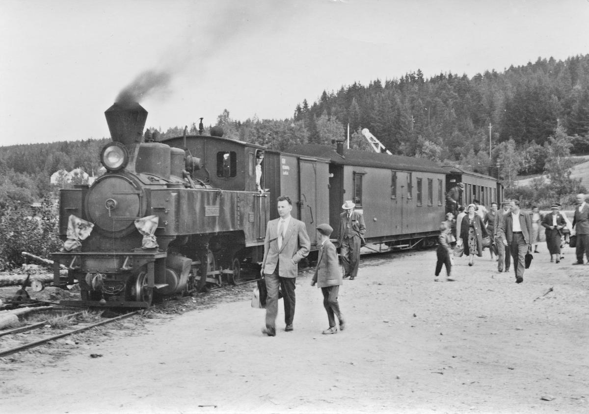 Lok 4 Setskogen har ankommet dampskipsbryggen på Skulerud med tog fra Sørumsand.   Rundreisepassasjerer skal reise videre med D/S Turisten. Skulerud lokomotivstall bak t.v.