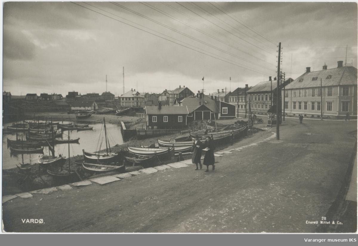 Postkort, Søndre Våg og Valen, sett fra Kristian IVs gate i Østervågen, Vardø