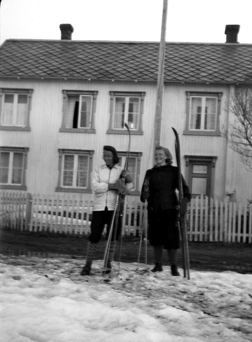 To jenter med ski