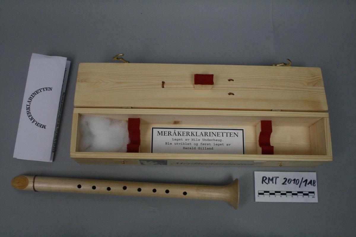 """Avlang kasse tilpasset klarinett. Påskrevet """"Meråkerklarinetten"""". Håndtak i lokket."""