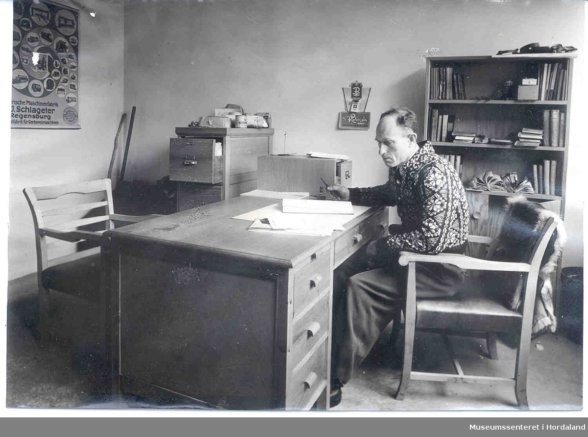Johannes Borge set ved kontorpulten. Kontoret på Borge Kromlærfabrikk