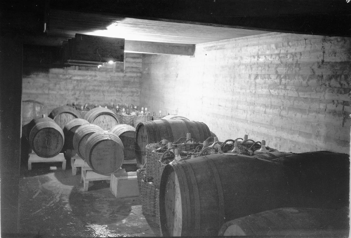 Strand Brenneri, Moelv. Vin og spritlager, vinballonger, eikefat.