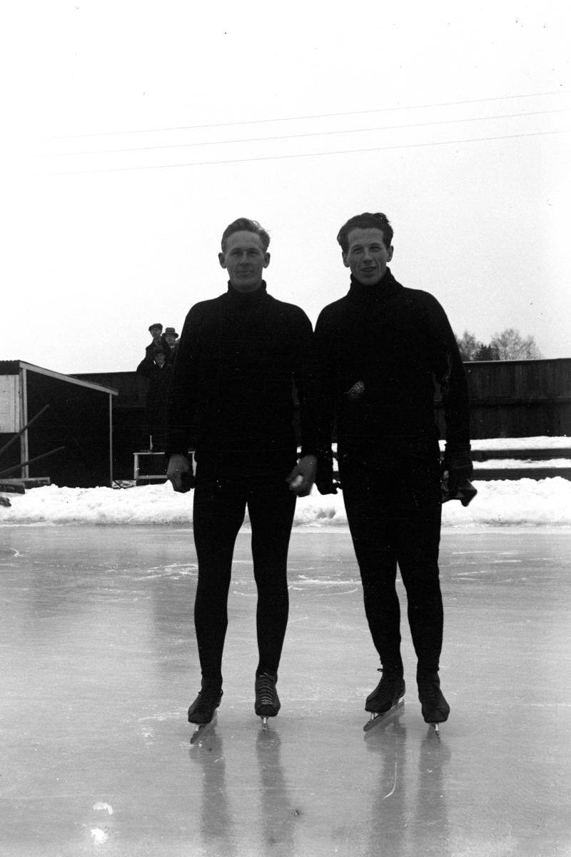 Skøyteløpere. Hans Engnestangen og Mikael Staksrud på Hamar stadion.