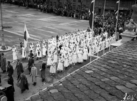 FREDSDAGENE I HAMAR, 17. MAI 1945,  BORGERTOGET VED STORTORGET, RØDE KORS SYKEPLEIERE I UNIFORM.