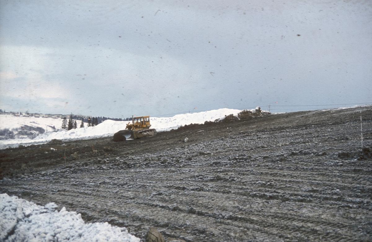 Skråningsutjevning på den største fyllingen i forbindelse med bygging av ny E-6 mellom Sluppen og Tonstad.
