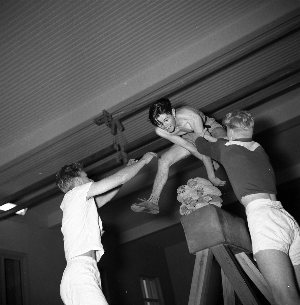HAMAR KATEDRALSKOLE, GYMNASTIKK. GYMTIME, DAG RØNNINGEN HOPPER BUKK. 19. NOVEMBER 1959. SE BOKA PÅ ET HUNDNREDELS SEKUND, LØTEN OG OMEGN 1957-1964 I ORD OG BILDERAV HELGE REISTAD S. 90. .