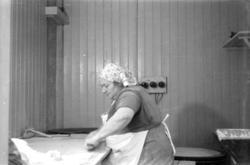 Bakstekone  som baker lefse flatbrød og lomper. Marit Nilsen