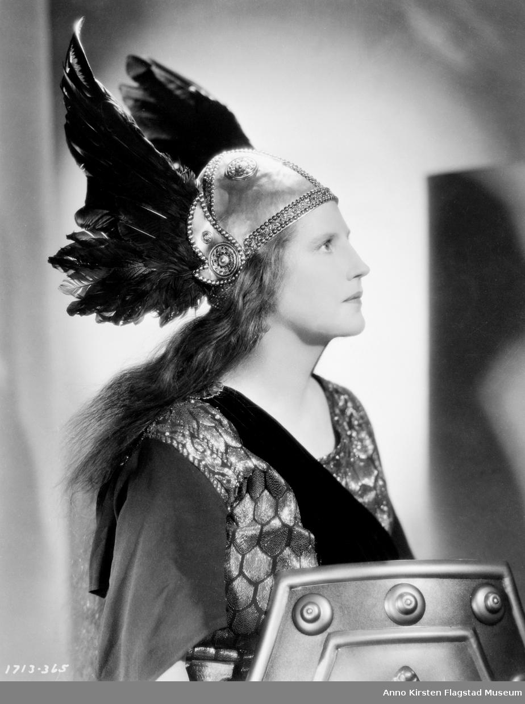 Rollebilde. Kirsten Flagstad som Brünnhilde i Valkyrien i filmen Big Broadcast 1938, produsert av Paramount Pictures, Hollywood 1937. Role photo. Kirsten Flagstad as Brünnhilde in Die Walküre in the movie Big Broadcast 1938, produced by Paramount Pictures, Hollywood 1937.