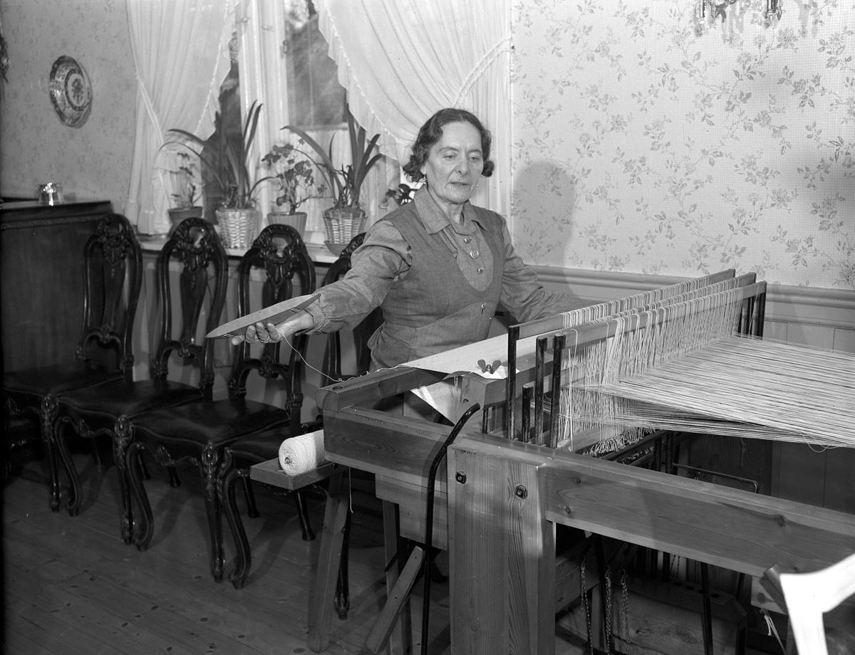 HUSMOR I ARBEID VED VEVSTOL. UKJENT KVINNE. FOTO FOR HUSMORBLADET 1952