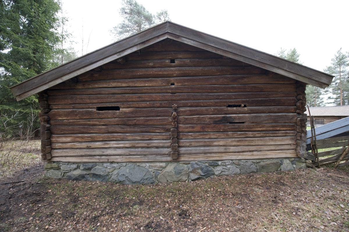 Størhuset er av laftet tømmer med saltak tekket med flis. Det står på en murt ringmur.  Seterhuset er satt sammen av to hus som opprinnelig har stått hver for seg. Gavlveggene som vender mot hverandre i en gjennomgående gang bærer preg av å ha vært utsatt for vær og vind. Størhuset og melkebua har dessuten ulik bredde, og har tidligere også hatt ulik høyde. Melkebua er delt i to, en til hver gård og med hver sin inngang fra mellomgangen. Selve størhuset er også dobbelt med en murt peis på hver side og med seng, benker og slagbord på hver side. Bygningen har et lite vindu på hver side.