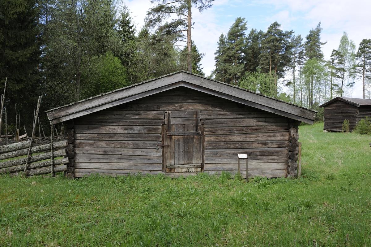 Ånestadfjøset er oppført av laftet tømmer, en stokk i bredde og lengde. Det har saltak og flistekking. Det står på syllsteiner.  Fjøset har bare et rom med inngang med labankdør fra sydgavlen. Det har båser med skråskille for 12 kuer. Møkkaglugga er på motsatt gavlvegg av inngangen.