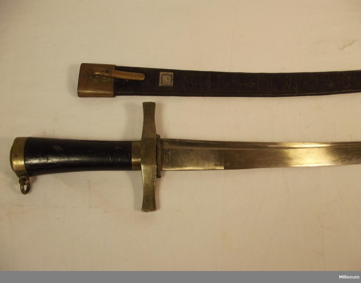 Huggare m/1856 med träfäste och tillhörande balja.