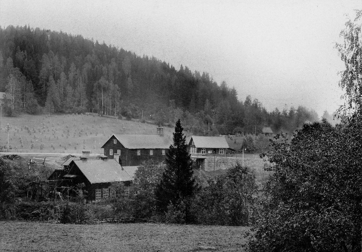 Fabrikken O. Mustad. Fabrikken het først Brusveen Spiger- og Staaltraadfabrik, og ble grunnlagt av Hans Skikkelstad i 1832. I 1843 overtok Skikkelstads svigersønn, Ole Mustad, fabrikken. Han endret navnet til O. Mustad.