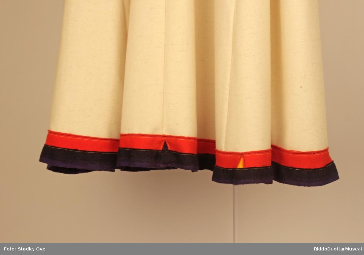 Ceabet er dekorert med rødt, blått og gult klede. Midt på kragen er det prikker, annenhver med blått og rødt klede. Innslagsvis gul kanting, spesielt på baksiden. Soadjeláddi  er av rødt, blått og mørkeblått klede, samme med holbi.