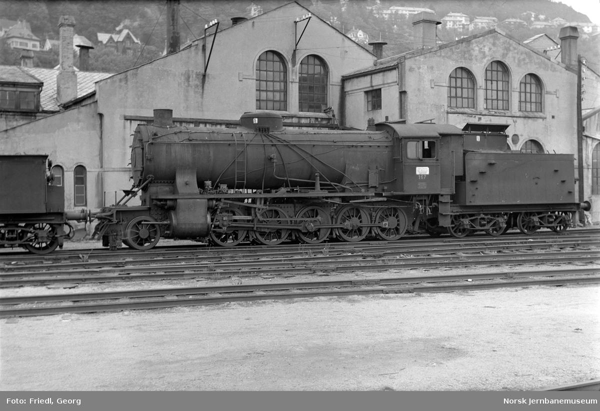 Damplokomotiv type 39a nr. 167 på Bergen stasjon like før opphugging