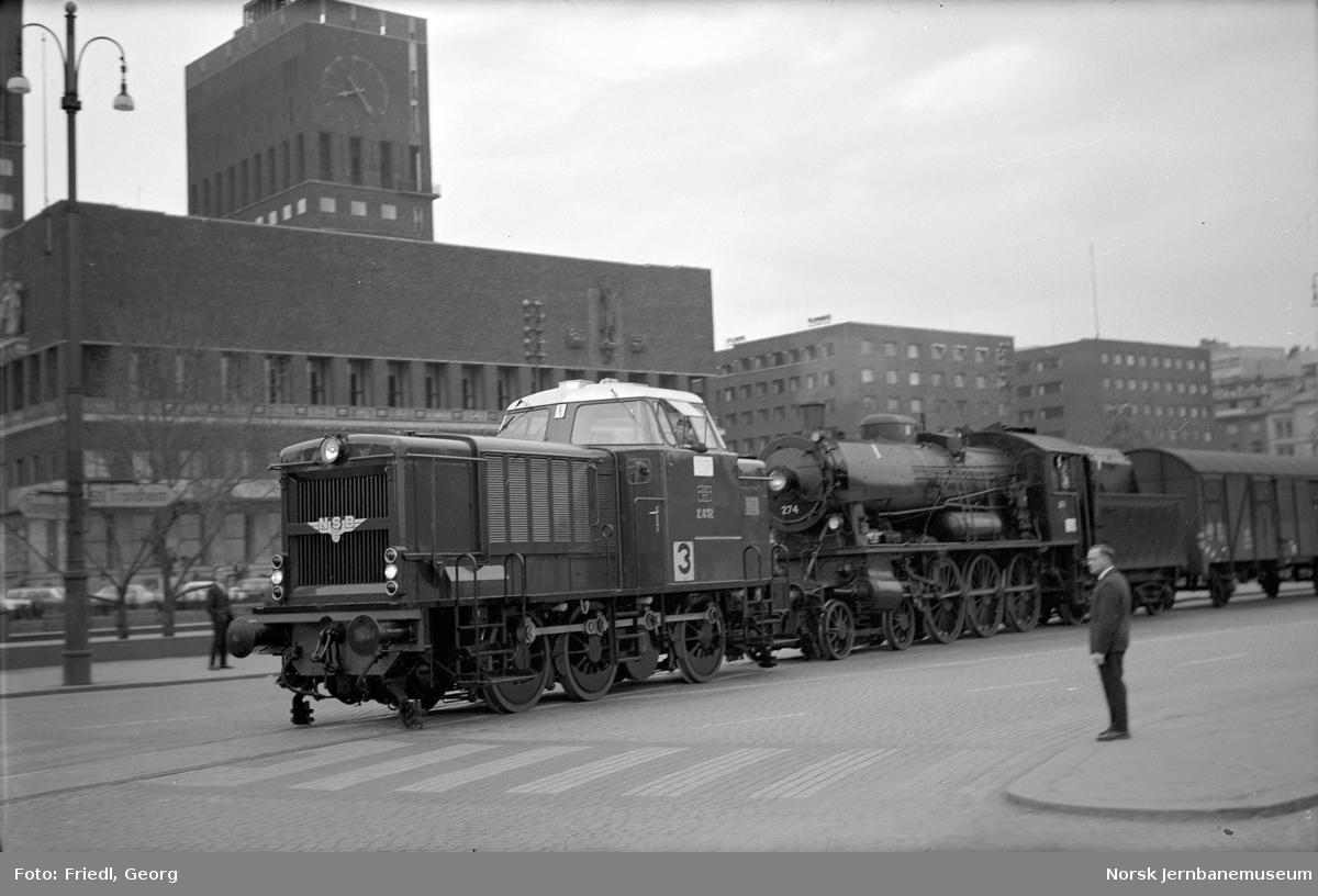 Tog over Rådhusplassen trukket av diesellokomotiv type Di 2 nr. 832, med bl.a. damplokomotiv type 30a nr. 274 underveis til Kristiansand distrikt