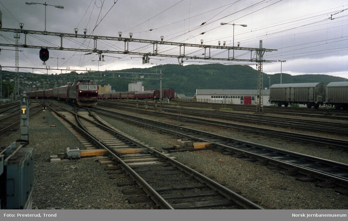 Ekspresstog trukket av elektrisk lokomotiv type El 17 på Trondheim stasjon