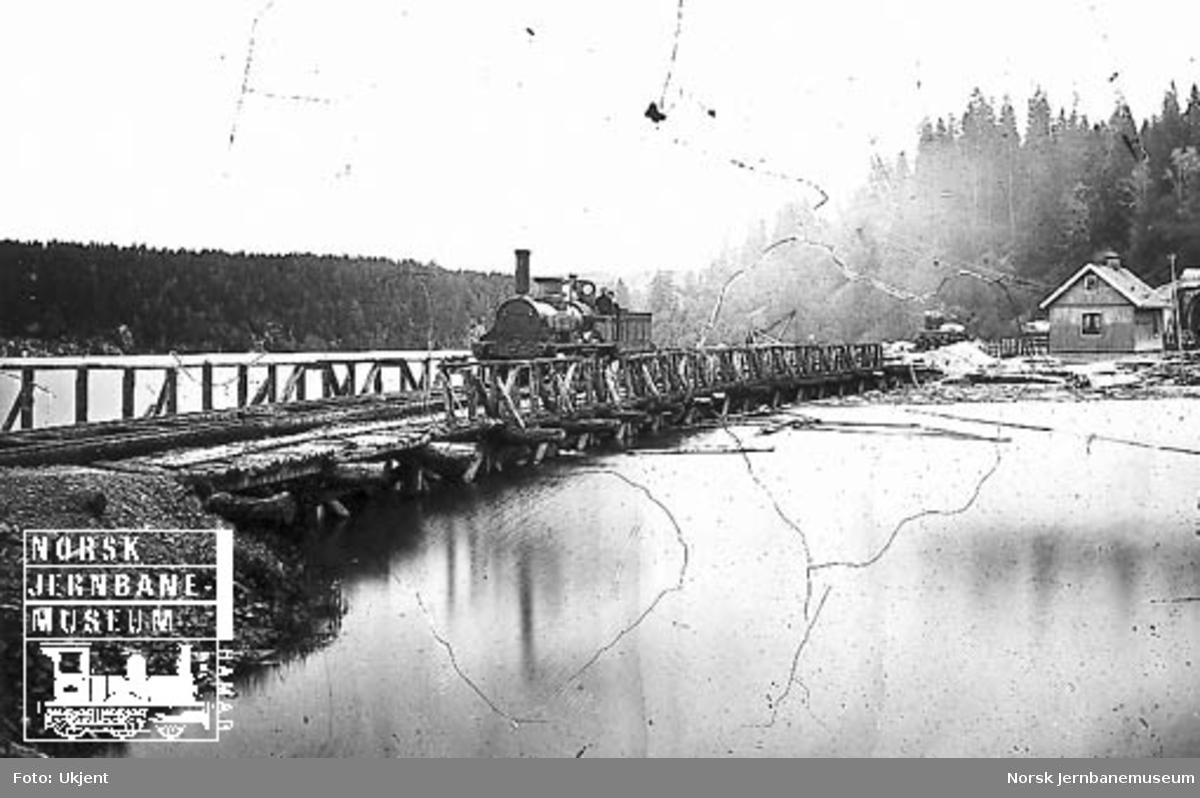 Damplokomotiv nr. 2 på den gamle trebrua nord for Eidsvoll tunnel