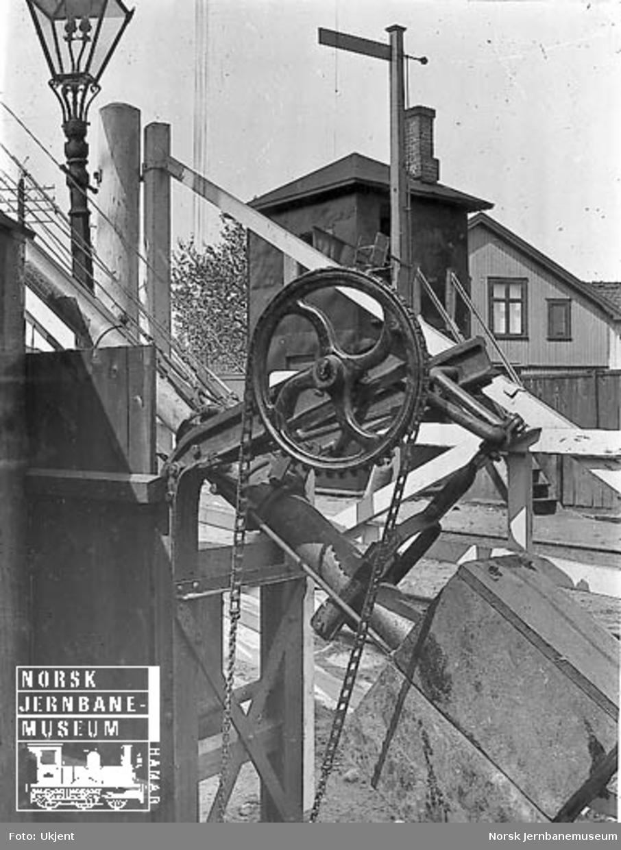 Drivverk til bommer : planovergang på Råde stasjon