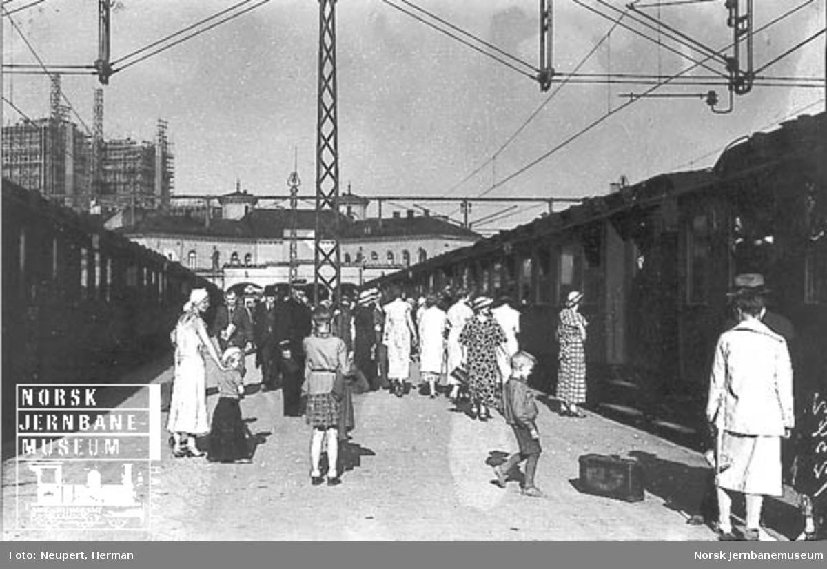 Reisende på plattformen på Vestbanen
