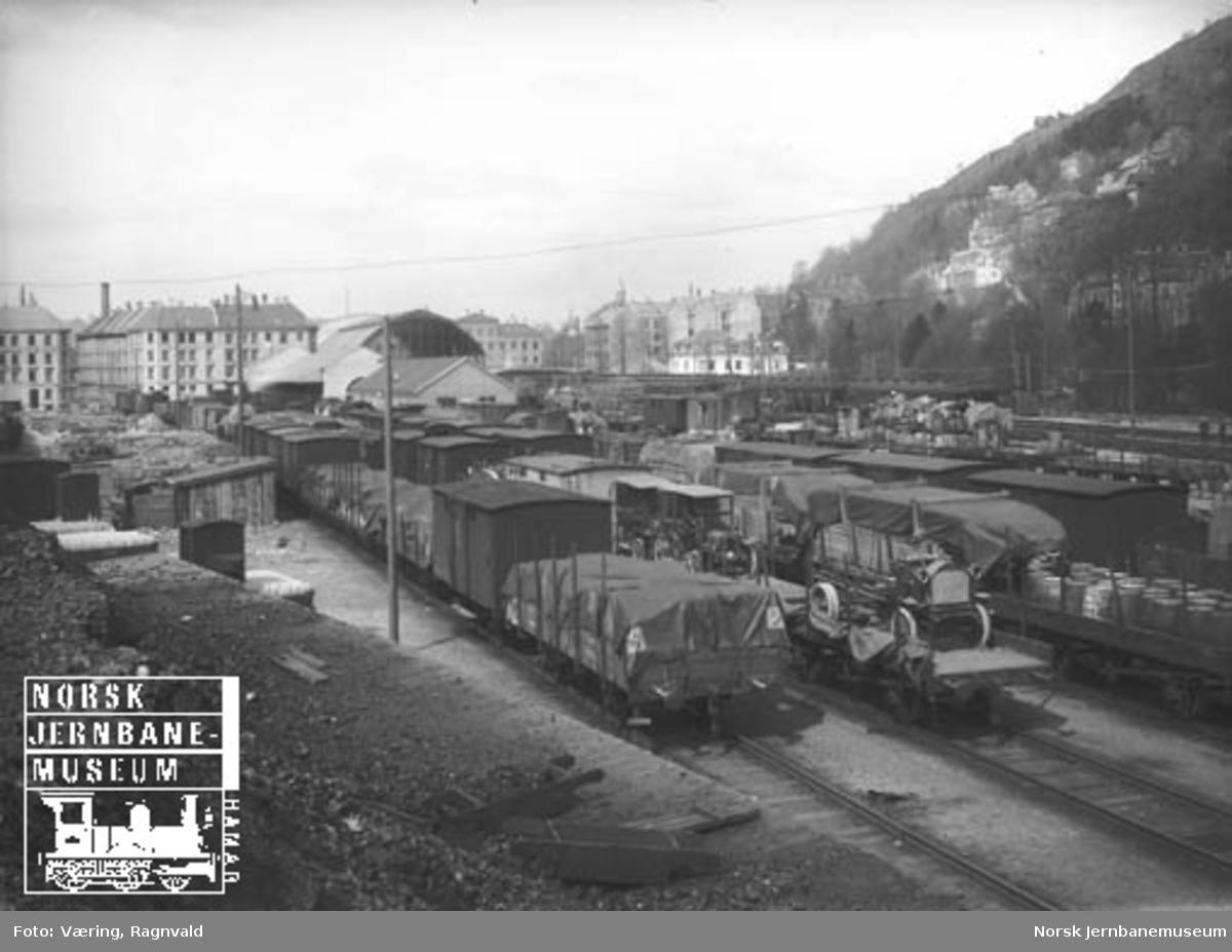 Godsvogner på Bergen stasjon; noen av godsvognene er lastet med biler