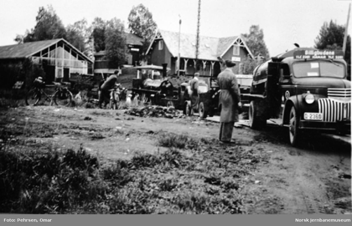 Damplokomotiv type 2a nr. 16 med tre lastebiler foran