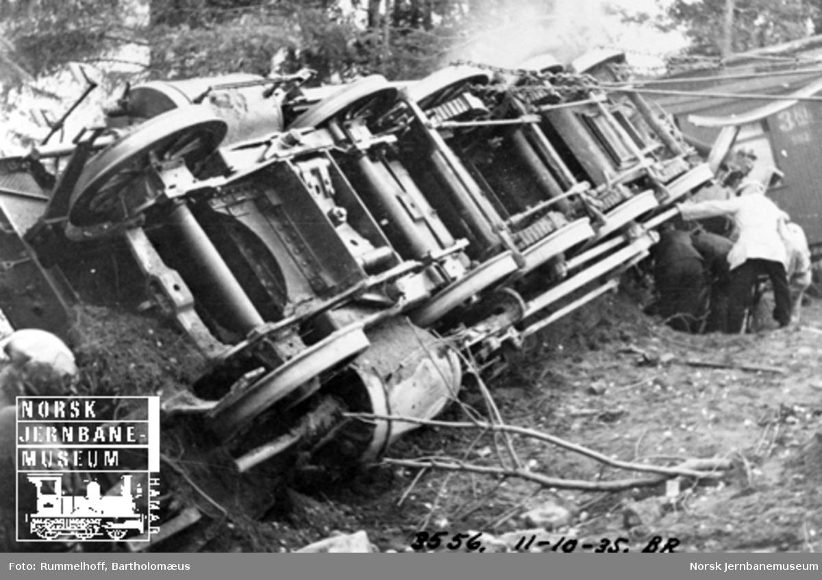 Avsporet damplokomotiv sett fra linjen