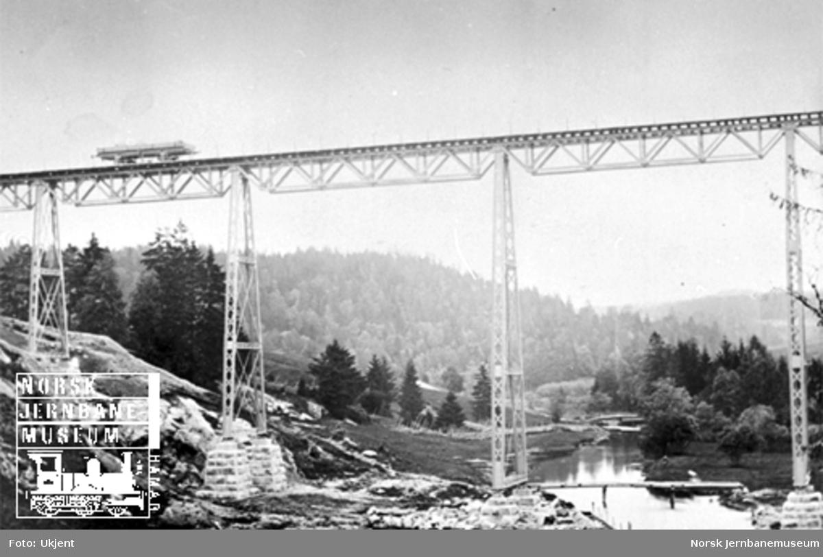 Hobøl viadukt med en grusvogn på viadukten