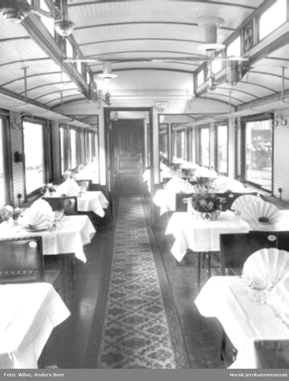 Interiørbilde fra spisevogn med dekkede bord