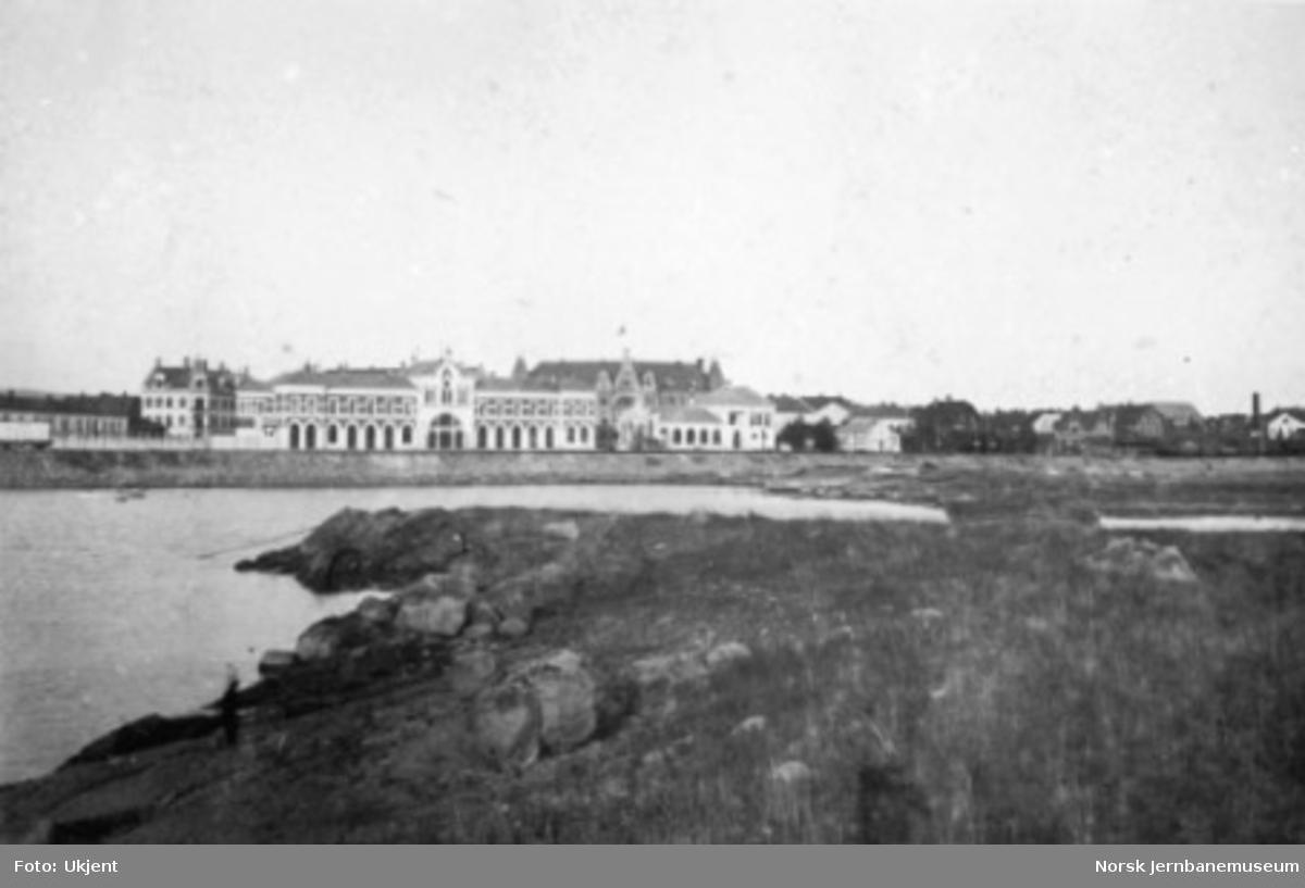 Hamar stasjonsbygning sett fra Tjuvholmen