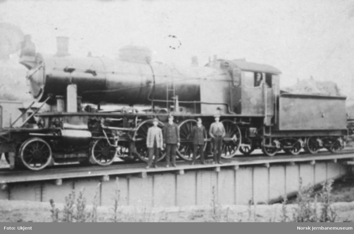 Damplokomotiv type 30a nr. 275 på svingskiven