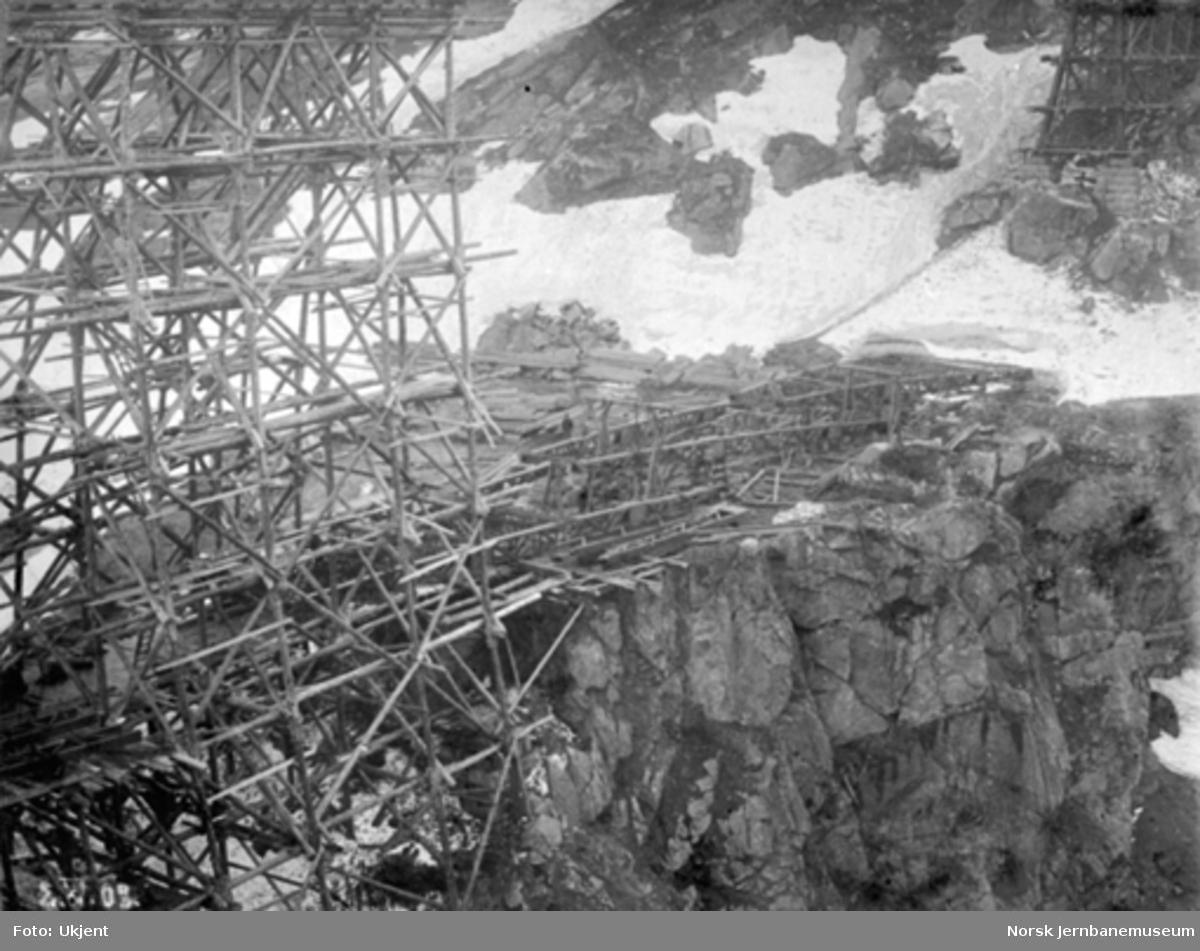 Byggingen av Norddalsbrua : Midtstillaset til venstre og sørligste pillar til høyre, sett fra vest