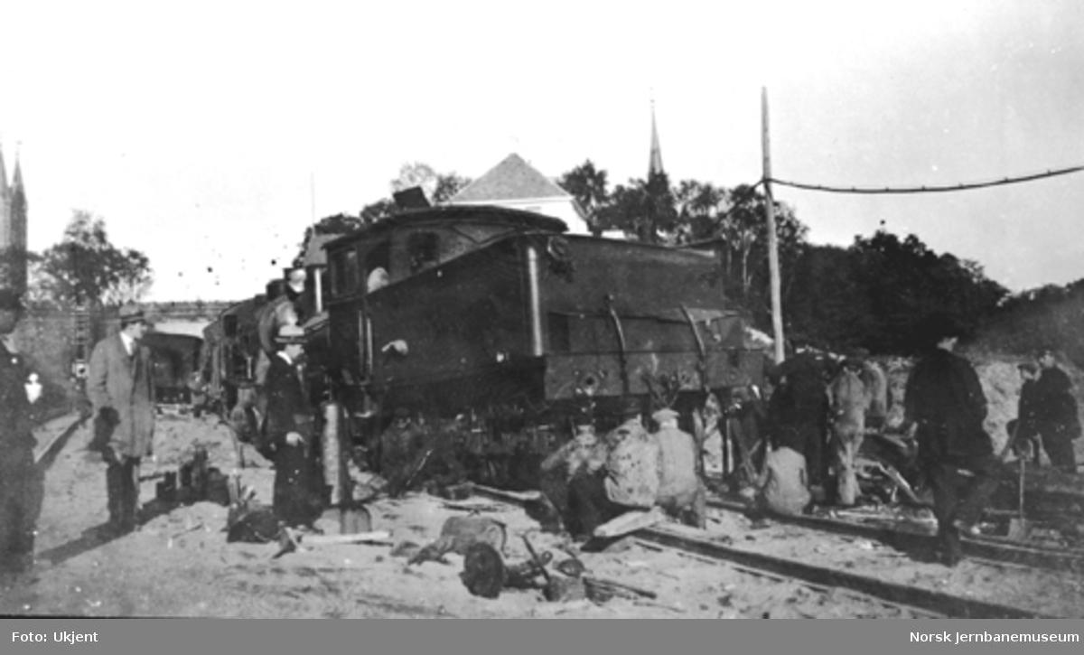 Nidareidulykken : damplokomotiv nr. 182 etter sammenstøtet, sett bakfra