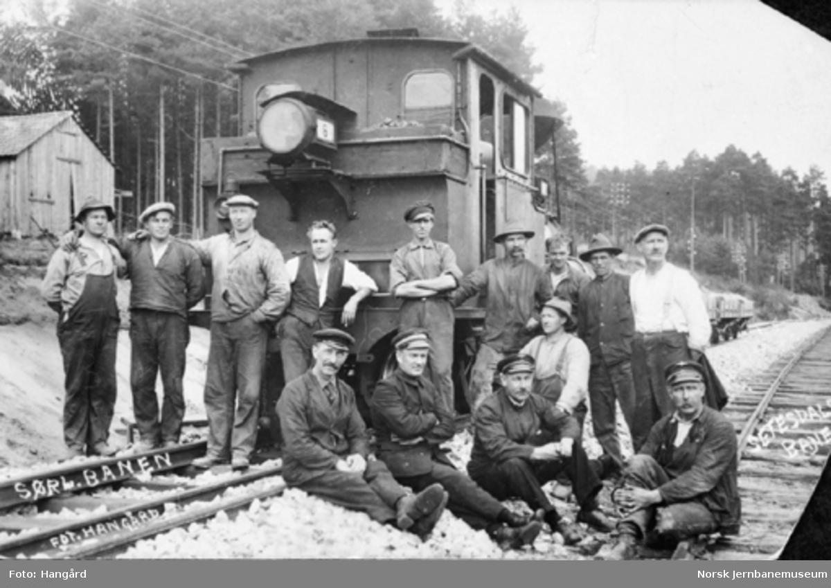 Grusmannskap på Setesdalsbanens ombygging mellom Vikeland og Grovane oppstilt foran damplokomotiv nr. 6