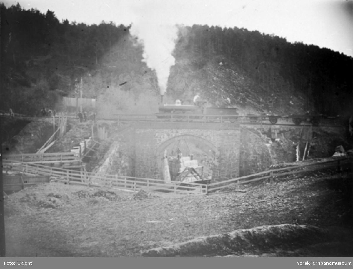 Damplokomotiv litra A med godstog på provisorisk bru ved Nygård