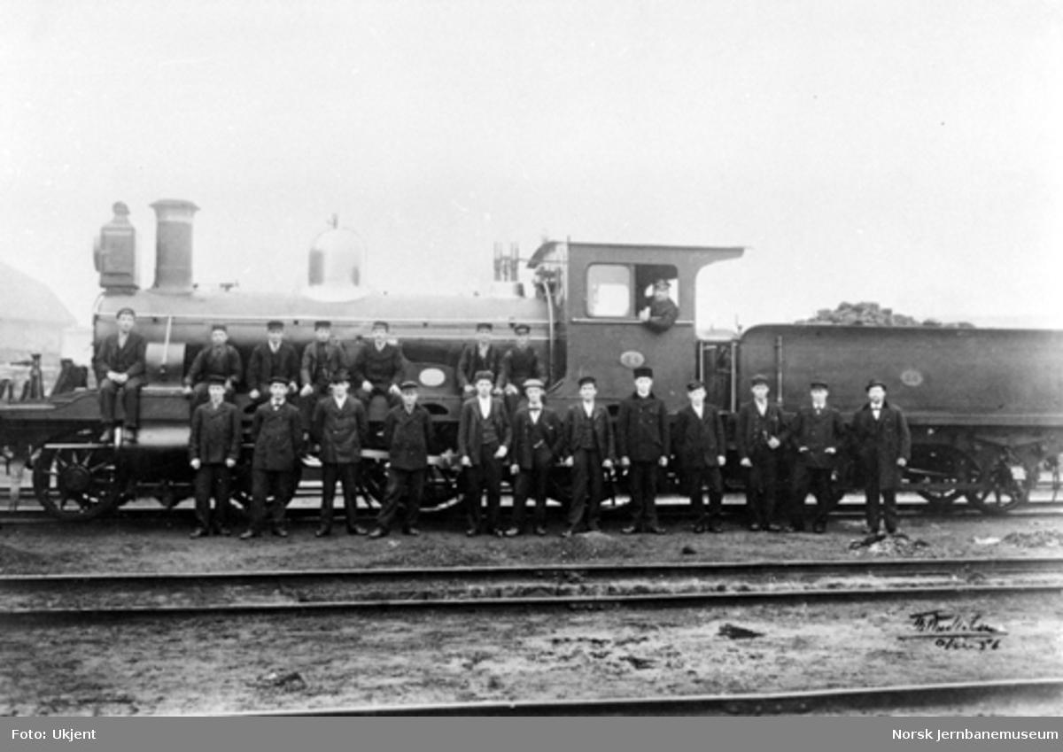 Jernbanefolk oppstilt for fotografering foran damplokomotiv type 13a nr. 74