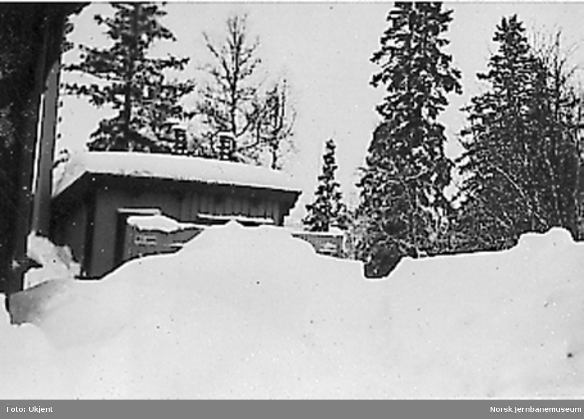 Store snømengder på Reitan stasjon, privetbygningen