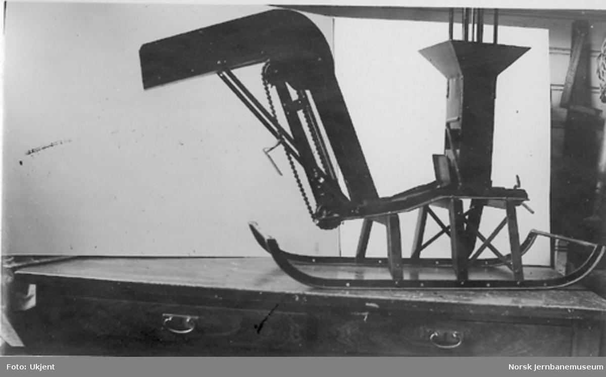 Snølasteapparat oppfunnet av banemester A. H. Pettersen, Kongsvinger