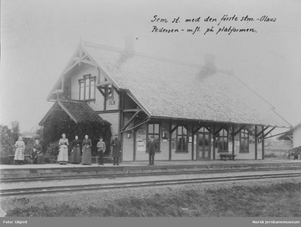 Sem stasjon med stasjonsmester Olaus Pedersen m.fl. på plattformen