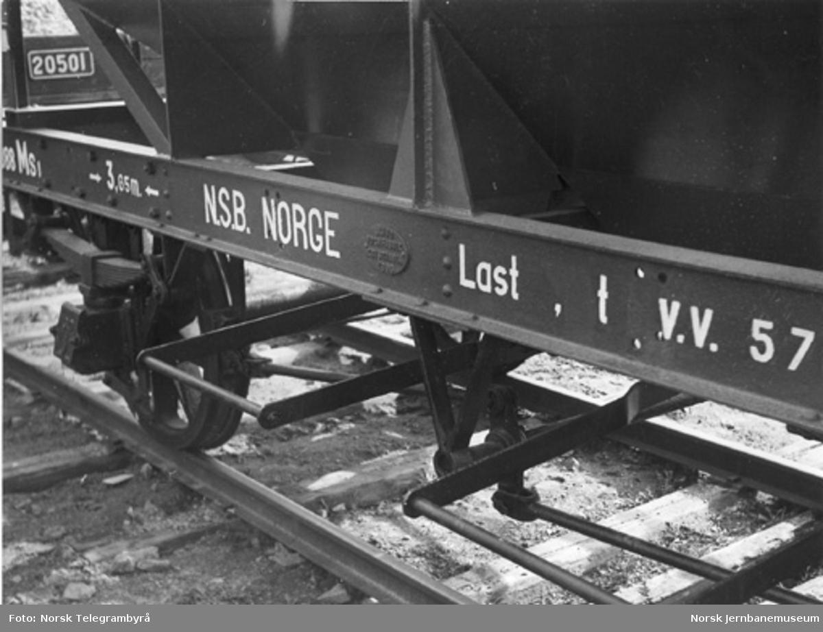 Nyombygget bunntømmingsvogn litra MS1 nr. 8088, detalj av ramme og fabrikkskilt