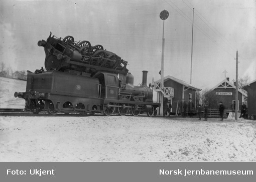 Hovedbanens damplokomotiv nr. 11 på lokomotiv nr. 36 etter kjeleksplosjon på Strømmen stasjon