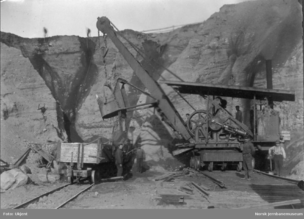 Opplasting av vagger med excavator i Våttabakkskjæringen ved Steinkjer