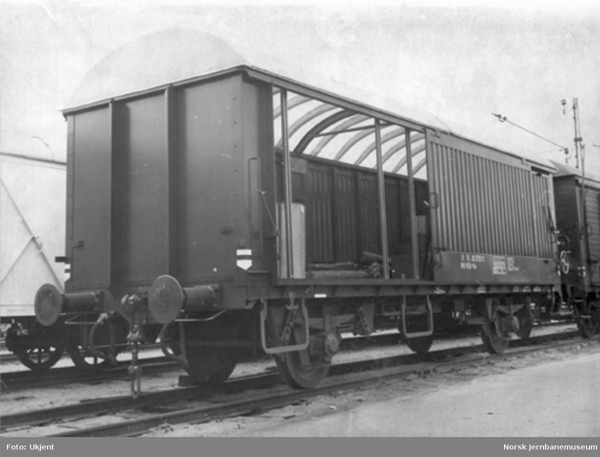 Lukket godsvogn litra His nr. 210 2733, firedørsvogn med plasttak
