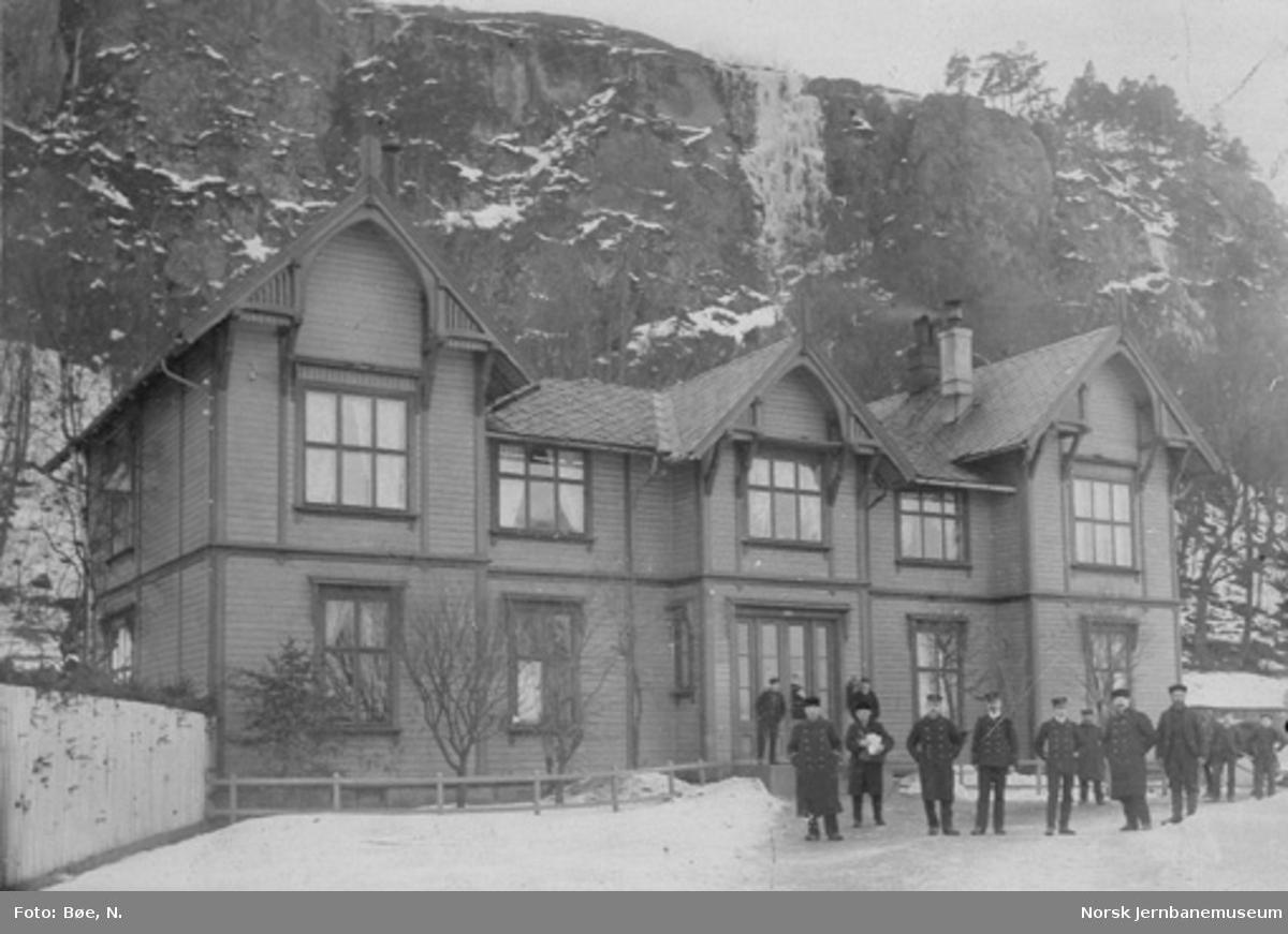 Holmestrand stasjonsbygning med personalet utenfor bygningen