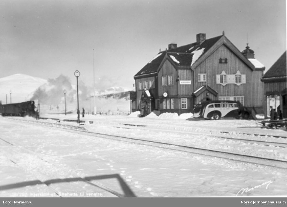Hjerkinn stasjon med ankommende dagtog nordfra og ventende buss