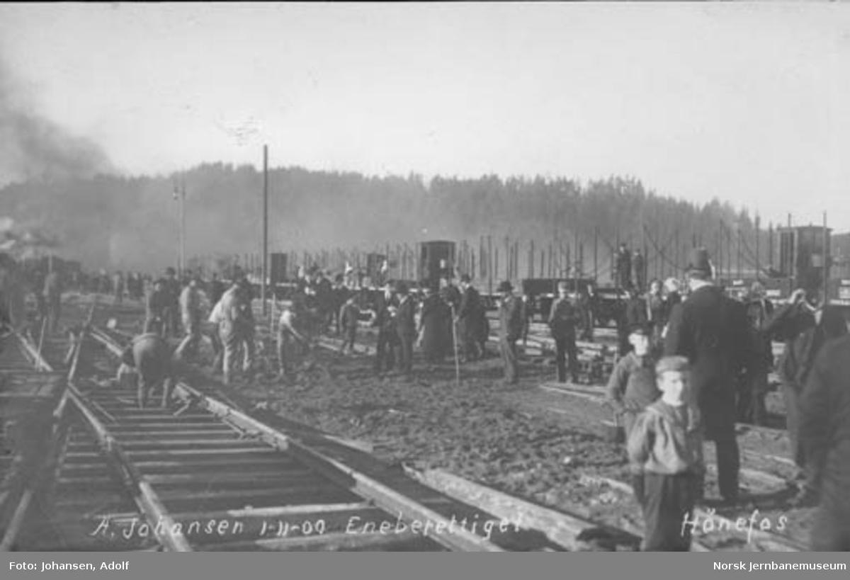 Hønefoss stasjon under omlegging til normalspor med mange arbeidere og dresskledde menn på tomten