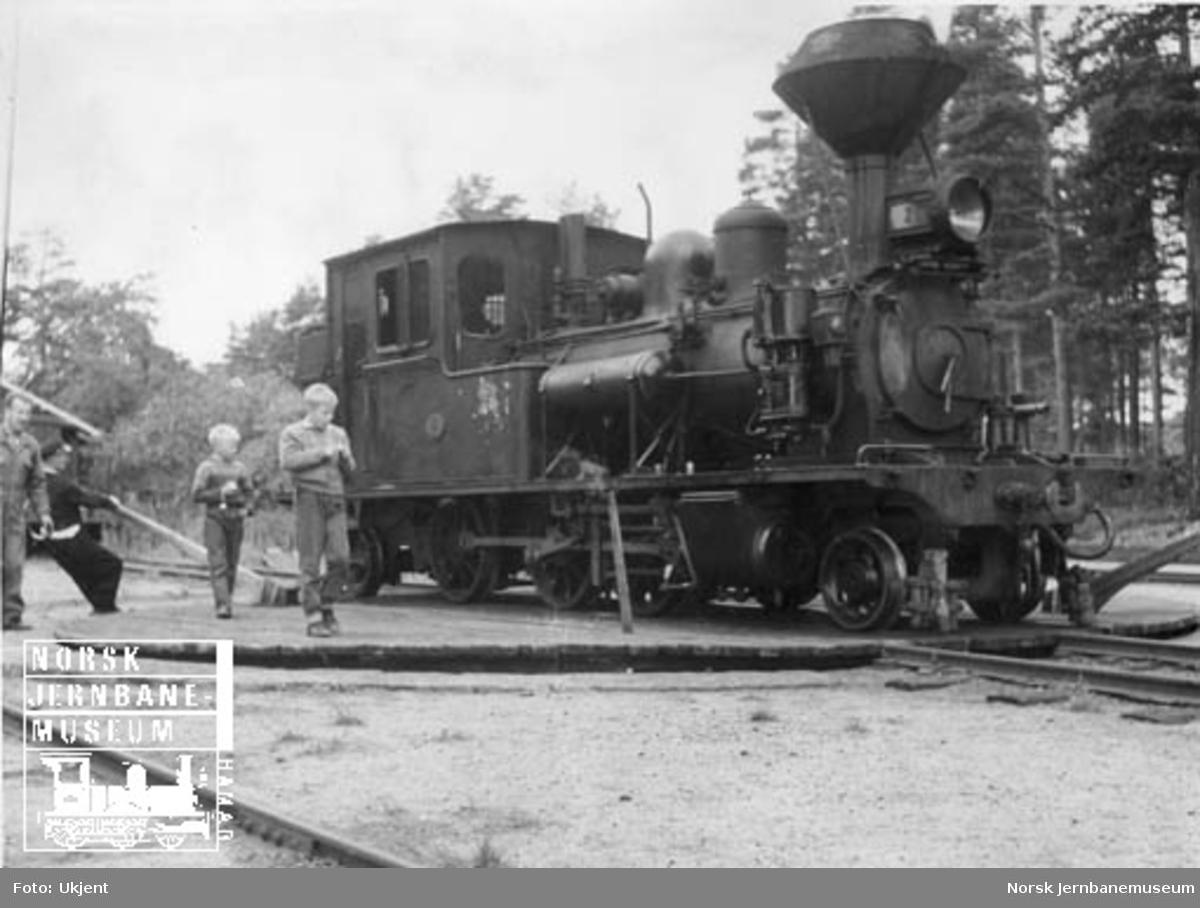 Lok nr. 2 snus på svingskiven på Byglandsfjord stasjon
