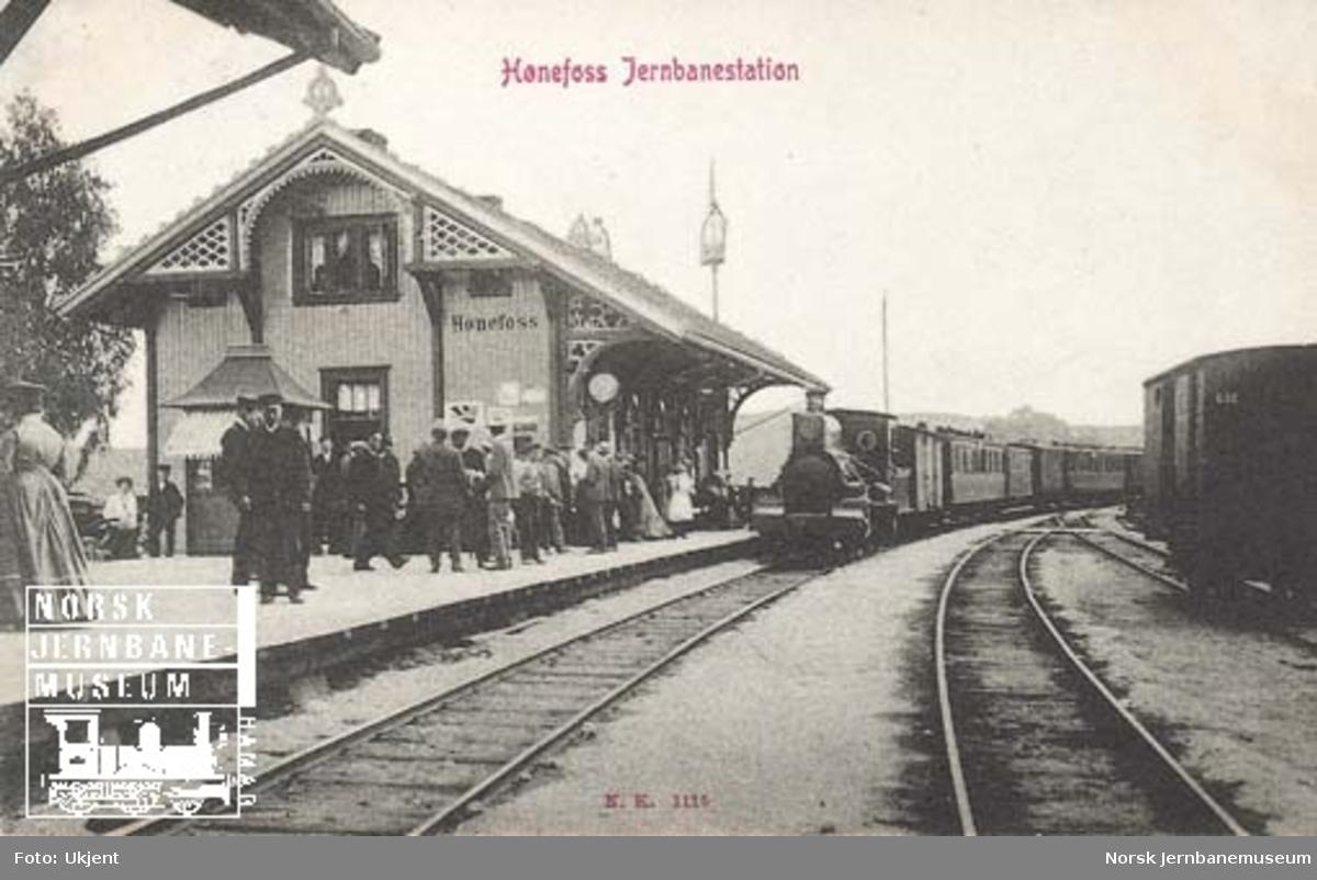 Hønefoss stasjon med ankommet tog fra Randsfjordbanen